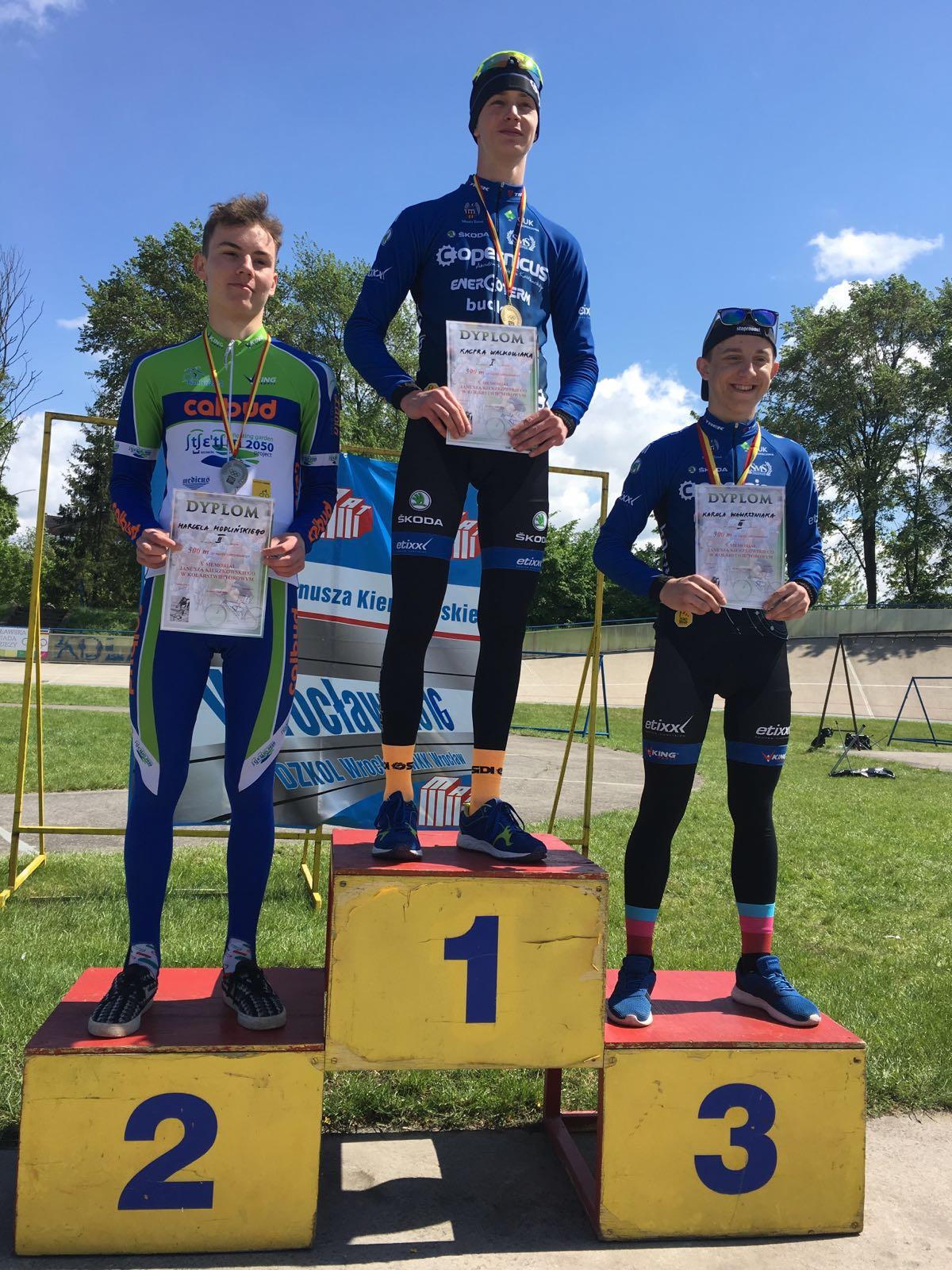 Kacper Walkowiak Karol Wawrzyniak na podium 500m