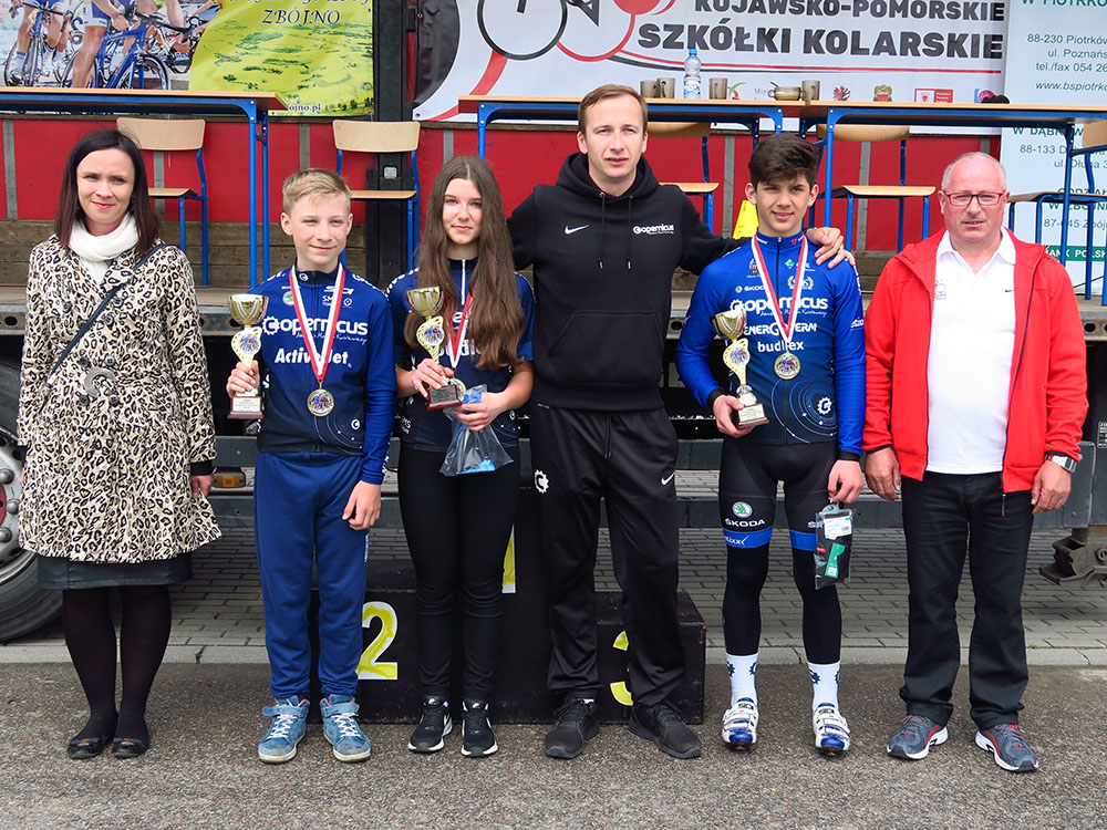 x_zwycięzcy-Franek,Olga,Radek, w środku trener Baliński z lewej pani Wójt z prawej organizator
